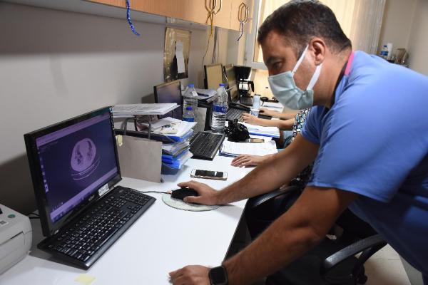 IZMIR SAGLIK BILIMLERI UNIVERSITESI (SBU) DR. BEHCET UZ COCUK HASTALIKLARI VE CERRAHISI EGITIM VE ARASTIRMA HASTANESI COCUK ENFEKSIYON HASTALIKLARI KLINIGINDEN PROF. DR. ILKER DEVRIM (FOTOGRAFTA), COVID-19 SALGINININ COCUKLARI GIDEREK DAHA FAZLA GORULMEYE BASLADIGINI SOYLEDI. PROF. DR. DEVRIM, SU AN SERVISTE COVID-19 NEDENIYLE YATAN 12 HASTALARI BULUNDUGUNU BUNUN 8'ININ 12 YAS VE UZERI, DIGER 4'UNUN ISE 1 YAS ALTI OLDUGUNU KAYDETTI. (FOTO: NEVRA UCKAC / IZMIR,DHA)