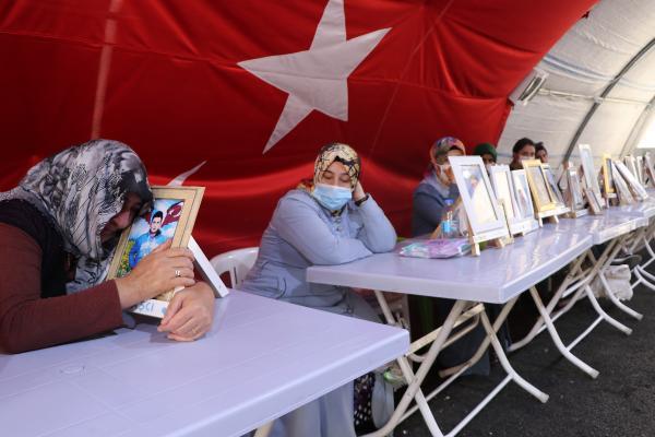 """DIYARBAKIR'DA, COCUKLARININ TEROR ORGUTU PKK TARAFINDAN KACIRILDIGINI SOYLEYEN 236 AILENIN EVLAT NOBETI, 773'UNCU GUNUNE GIRDI. VAN'DAN 8 YIL ONCE 15 YASINDA KACIRILAN OGLU FARUK ICIN KARS'TAN GELEN RAHIME TASCI, """"FARUK'UN ELINDE KALEMI ALDILAR. SILAH VERDILER. KORKMA OGLUM, CEZA YOK. 32 KISI GELIP TESLIM OLDU. INSALLAH 33'UNCU FARUK OLUR"""" DEDI. FOTO: EMRAH KIZIL/DIYARBAKIR,(DHA)"""