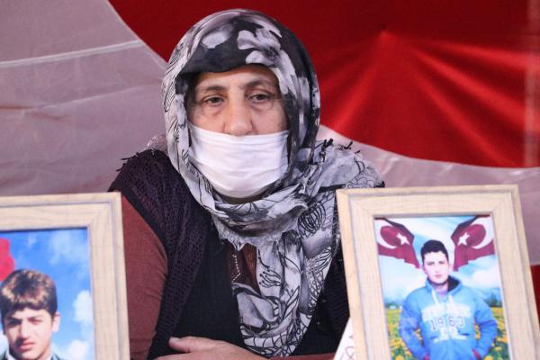 """DIYARBAKIR'DA, COCUKLARININ TEROR ORGUTU PKK TARAFINDAN KACIRILDIGINI SOYLEYEN 236 AILENIN EVLAT NOBETI, 773'UNCU GUNUNE GIRDI. VAN'DAN 8 YIL ONCE 15 YASINDA KACIRILAN OGLU FARUK ICIN KARS'TAN GELEN RAHIME TASCI, (FOTOGRAFTA) """"FARUK'UN ELINDE KALEMI ALDILAR. SILAH VERDILER. KORKMA OGLUM, CEZA YOK. 32 KISI GELIP TESLIM OLDU. INSALLAH 33'UNCU FARUK OLUR"""" DEDI. FOTO: EMRAH KIZIL/DIYARBAKIR,(DHA)"""